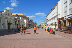Tver, Rusia - pueden 07 2017 Trehsvyatskaya - calle turística de los peatones en el centro de ciudad Foto de archivo libre de regalías