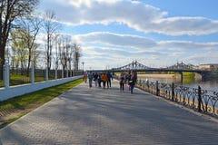 Tver, Russia - mogą 07 2017 Zwykły miejsce dla spacerów na bulwarze blisko Starovolzhsky mosta Zdjęcie Royalty Free