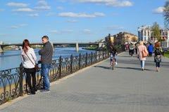 Tver, Russia - mogą 07 2017 Ludzie na quay Mikhail Yaroslavich Fotografia Stock