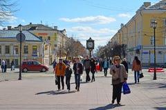Tver', Russia - possa 07 2017 La gente cammina lungo la via pedonale di Trekhsvyatskaya nel centro della città Immagine Stock Libera da Diritti