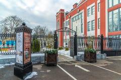 Tver, Russie - 27 février 2016 Barre de gril de restaurant près de vedette de cinéma sur le remblai de Stepan Razin Photos stock
