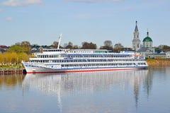 Tver, Russie - peuvent 07 2017 Le bateau Dmitry Furmanov de moteur sur le pilier à la station de rivière Photos stock