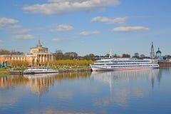 Tver, Russie - peuvent 07 2017 Le bateau et le moteur de plaisance se transportent sur le pilier à la station de rivière Photos libres de droits