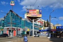 Tver, Russie - peuvent 07 2017 Le bateau et le moteur de plaisance se transportent sur le pilier à la station de rivière Photos stock