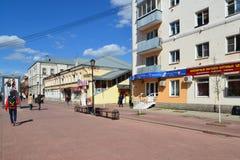 Tver, Russie - peuvent 07 2017 Trehsvyatskaya - rue de touristes de piétons au centre de la ville Images stock