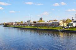 Tver, Russie - peuvent 07 2017 Une vue de quai de Mikhail Yaroslavich de la rivière Photographie stock libre de droits