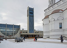 Tver, Russland - 27. Februar 2016 Bahnhof und Kirche von Alexander Nevsky Stockfoto