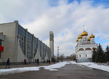 Tver, Russland - 27. Februar 2016 Bahnhof und Kirche von Alexander Nevsky Stockbild
