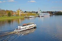 Tver Ryssland - kan 07 2017 Nöjefartyg Vladimir Ershov av detVolga företaget Arkivfoto