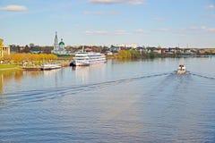 Tver Ryssland - kan 07 2017 Navigering på Volga River Royaltyfria Bilder