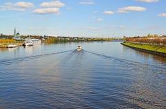 Tver Ryssland - kan 07 2017 Navigering på Volga River Arkivfoton