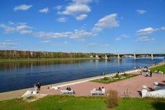 Tver Ryssland - kan 07 2017 Sikt av invallningen Mikhail Yaroslavich och den nya Volga bron Arkivbild