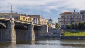 Tver-Stadtlandschaft mit Brücke und Kirche Lizenzfreie Stockfotos