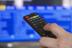 TVfjärrkontroll och hand Fotografering för Bildbyråer