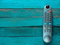 TVfjärrkontroll på en blå trätabell kopiera avstånd Top beskådar Arkivbild