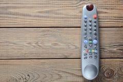 TVfjärrkontroll på en trätabell kopiera avstånd Top beskådar Royaltyfria Bilder