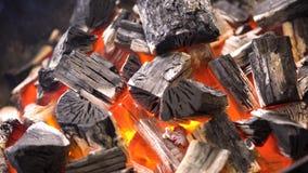 TView dos carvões amassados flamejantes quentes do carvão vegetal que incandescem no poço da grade do BBQ Carvões ardentes para c imagem de stock royalty free