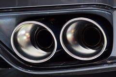 Tvilling- avgasrörrör på den moderna japanska sportbilen Royaltyfri Bild