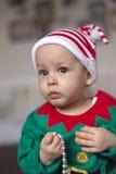Tvilling- behandla som ett barn älvahjälpredan av jultomten Arkivfoton