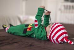 Tvilling- behandla som ett barn älvahjälpredan av jultomten Fotografering för Bildbyråer