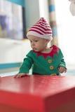 Tvilling- behandla som ett barn älvahjälpredan av jultomten Royaltyfri Fotografi