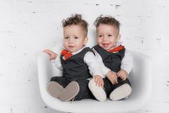Tvilling- behandla som ett barn pojkar Arkivfoton