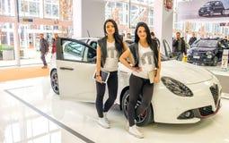 Tvilling- brunettmodell Alfa Romeo Giulietta Motor Show Bologna Fotografering för Bildbyråer