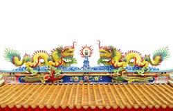 Tvilling- drake på det kinesiska tempeltaket som isoleras på vit bakgrund Royaltyfri Fotografi