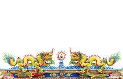 Tvilling- drake på det kinesiska tempeltaket som isoleras på vit bakgrund Arkivbild
