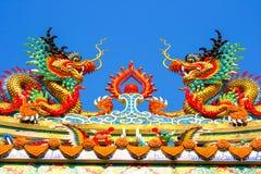 Tvilling- drakestatyer i kinesisk stil överst av te Arkivfoton