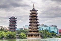 Tvilling- dubbla pagoder för sol och för måne och Shanhu sjö i Guilin Arkivfoton