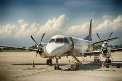 Tvilling--engined snabb turbopropmotortrafikflygplan Royaltyfria Foton