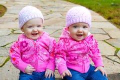 Tvilling- flickor i rosa färg Fotografering för Bildbyråer