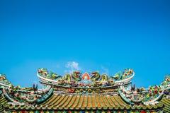 Tvilling- kinesiska drakar på det kinesiska tempeltaket Arkivfoton
