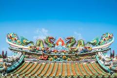 Tvilling- kinesiska drakar på det kinesiska tempeltaket Royaltyfria Bilder
