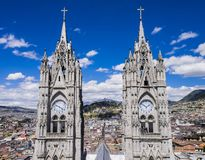 Tvilling- klockatorn av basilikadelen Voto Nacional, Quito, Ecuador fotografering för bildbyråer