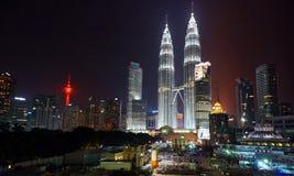 tvilling- Kuala Lumpur malaysia nattpetronas torn Arkivfoton