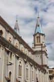 Tvilling- kyrktorn Iglesia de San Alfonso, Cuenca, Ecuador Royaltyfri Bild