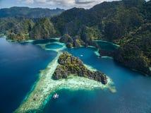Tvilling- lagun i Coron, Palawan, Filippinerna Berg och hav ensamt fartyg Turnera A Arkivbild