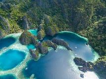 Tvilling- lagun i Coron, Palawan, Filippinerna Berg och hav ensamt fartyg Turnera A Fotografering för Bildbyråer