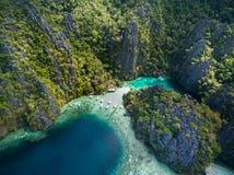 Tvilling- lagun i Coron, Palawan, Filippinerna Berg och hav ensamt fartyg Turnera A Royaltyfri Foto