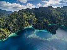 Tvilling- lagun i Coron, Palawan, Filippinerna Berg och hav ensamt fartyg Turnera A Royaltyfria Bilder