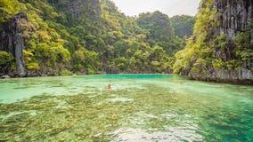 Tvilling- lagun i Coron, Palawan, Filippinerna Berg och hav ensamt fartyg Turnera A Arkivbilder