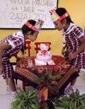 Tvilling- liten flicka för födelsedag arkivbilder