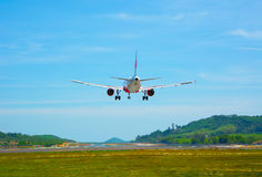Tvilling--motor modern kommersiell trafikflygplan som kommer för en landning på Arkivbilder