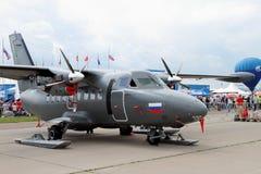 Tvilling--motor turbopropmotorflygplan L-410 på den internationella Aviatien Arkivbilder