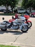 Tvilling- motorcyklar parkerade sidan - vid - sidan royaltyfri bild
