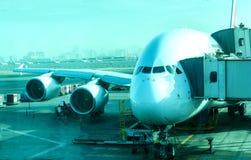 Tvilling- motorjumboflygplan på flygplatsen Arkivfoto