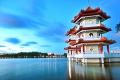 Tvilling- Pagoda vid laken Royaltyfri Fotografi