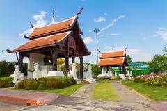 Tvilling- paviljong under himmel Royaltyfria Bilder